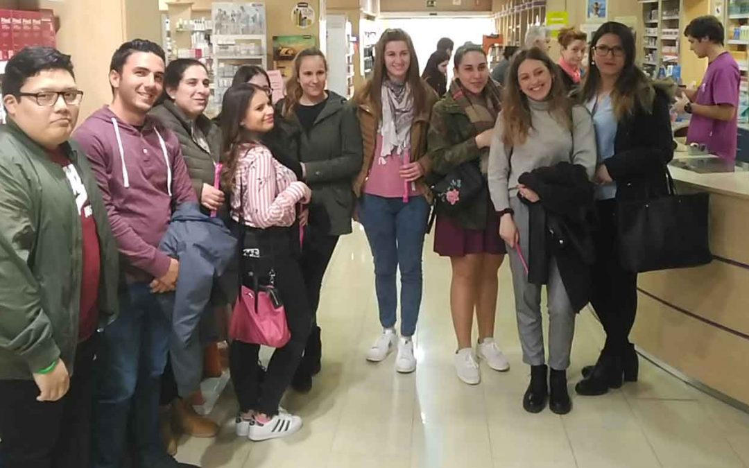 Los alumnos del grado medio de Farmacia y Parafarmacia visitan la farmacia de Llano de Brujas
